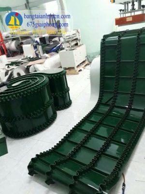 Băng tải bèo PVC có vách ngăn ngang ở giữa, tải vật liệu có độ dốc cao