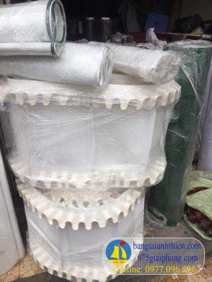 Băng tải PVC trắng có bèo 2 bên và vách ngăn ở giữa dày 3mm